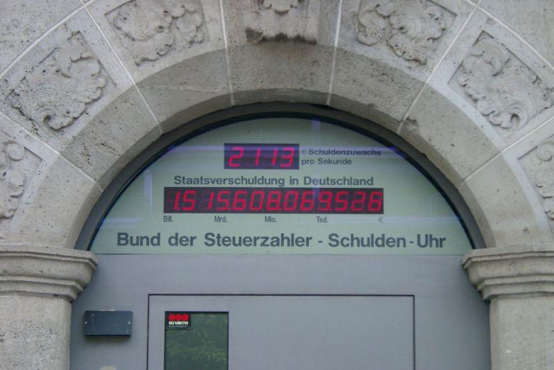 800px-Schuldenuhr_2006_08_c_Henry Muehlpfordt_wikicommon